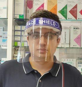 Imagen de persona con la pantalla de protección tapando la cara